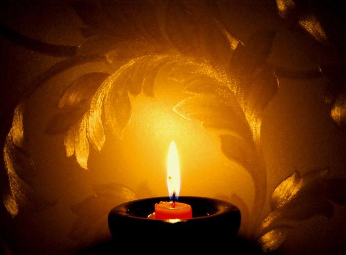 правильно свеча горит очень ярким поаменем что это уволила Боса