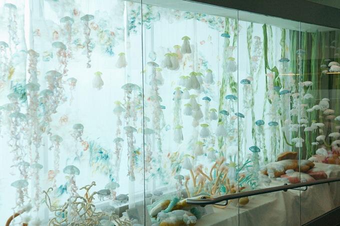 оригинальная инстоляция аквариум с медузами Sayuri Sasaki Hemann  (680x452, 123Kb)