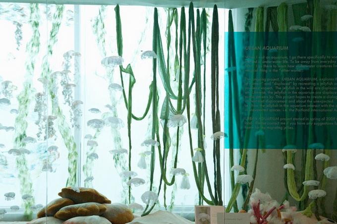 оригинальная инстоляция аквариум с медузами Sayuri Sasaki Hemann 2 (680x452, 128Kb)