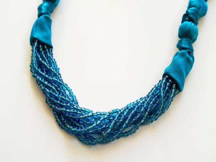 Чтобы сделать ожерелье из бисера и атласной ленты нам понадобится.