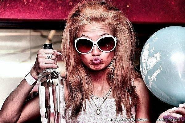 фото блондинок с бутылкой