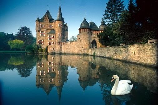 В отличие от сложившихся в нашем сознании стереотипов, португальский замок - не дворец.  Это настоящая крепость.