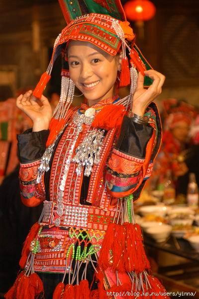 Китайские звезды в национальных костюмах.