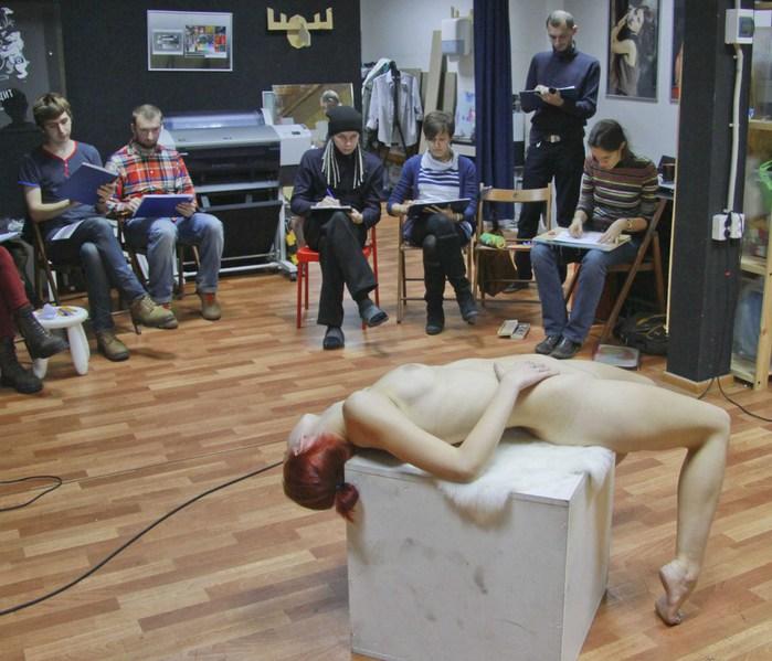 Художница пригласила парня нарисовать его голым 4 фотография