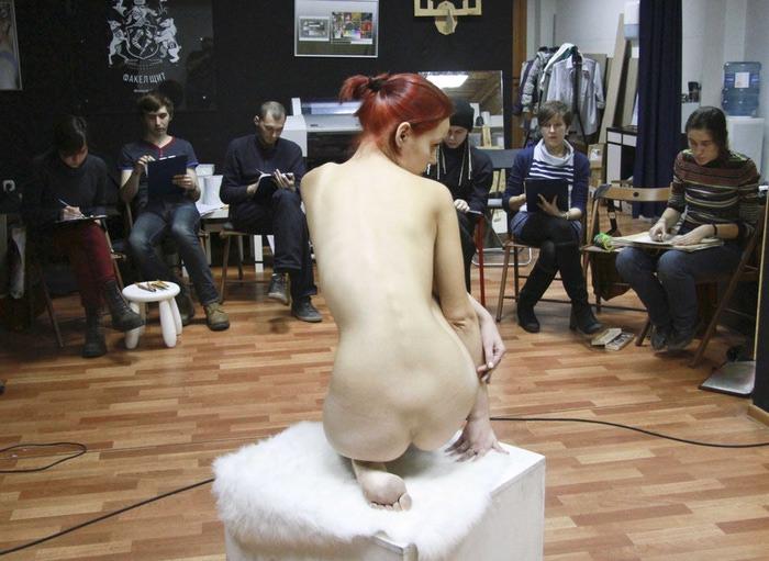 Художник рисует голую натурщицу 25 фотография