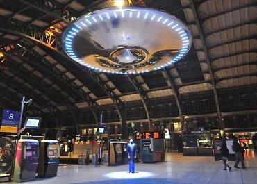 Дизайнер повесил НЛО на вокзале во Франции (370x265, 103Kb)