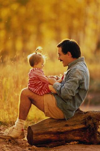 Папа с маленькой дочкой отдыхают на море девочка случайно застаёт.