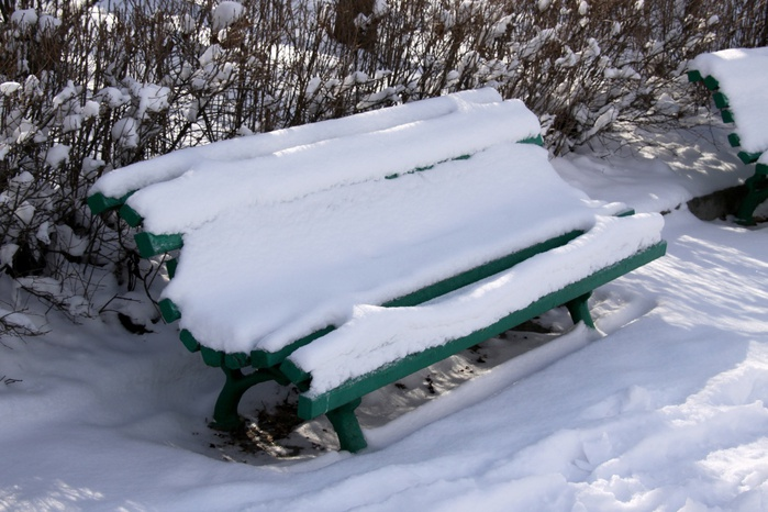 A-bench-in-the-park-under-snow-1236950253_67 (700x466, 132Kb)