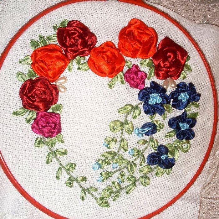 Вышивка лентами сердечко из цветов 85