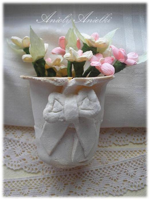 flakonik kokardka z masy solnej z kwiatuszkami z krepiny (523x700, 47Kb)