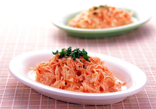 Салат из сыра и яиц моркови с чесноком и