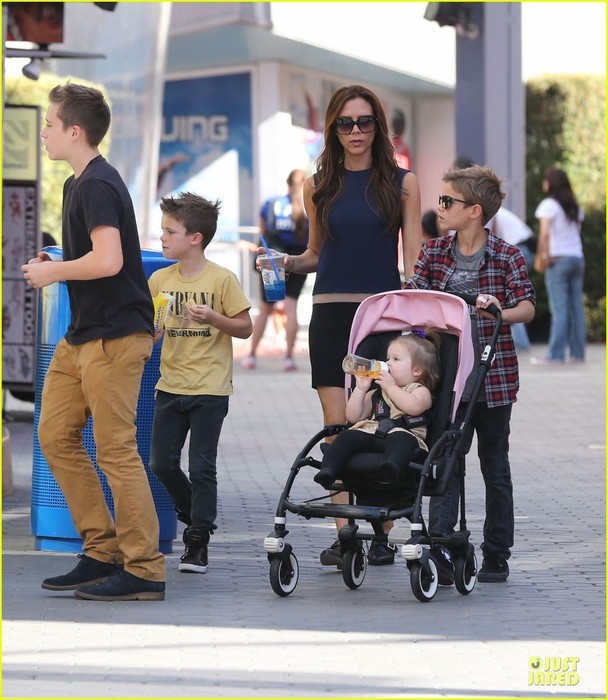 victoria-beckham-universal-city-walk-with-the-kids-18 (608x700, 108Kb)