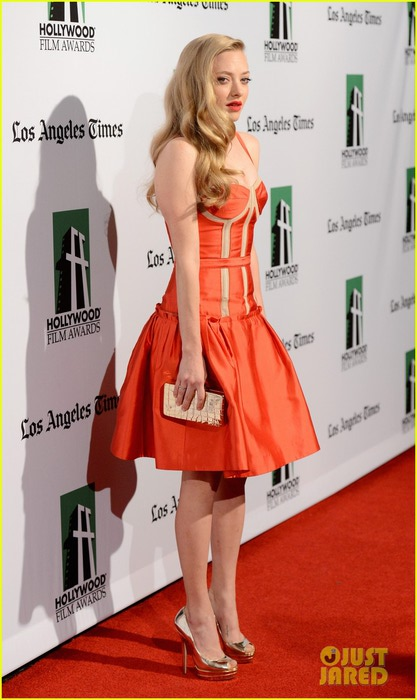 marion-cotillard-amanda-seyfried-hollywood-film-awards-gala-09 (417x700, 74Kb)