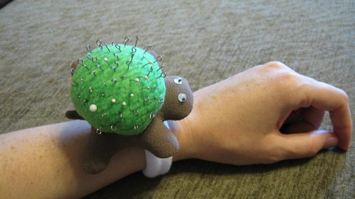 Как сделать игольницу на руку своими руками