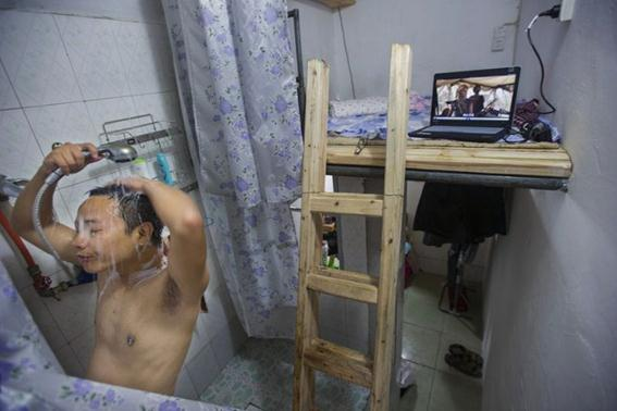 Тесные универсальные китайские квартиры: в одной комнате душ, туалет и спальня. Фотографии