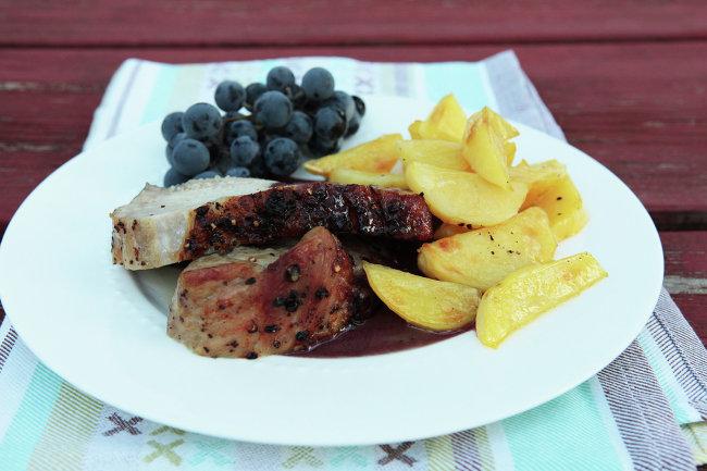 Свинина с виноградом и запеченной
