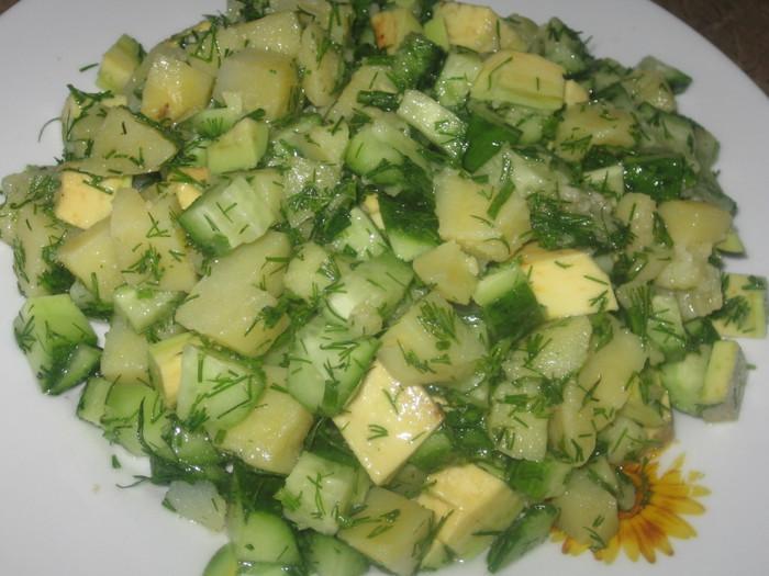 Диетический салат с авокадо и огурцом