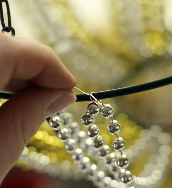 Нашла два мастер класса, в которых показано как своими руками можно сделать люстру из бисера или украшенную бисером.