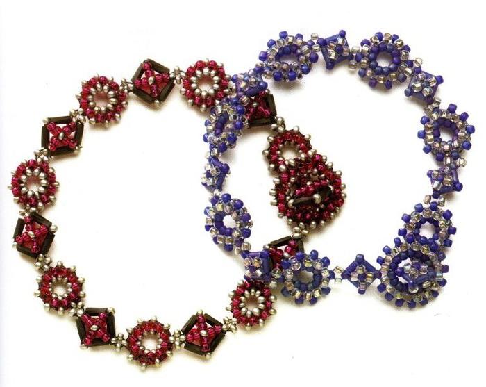 Как их плести: Синий и красный браслет из бисера и стекляруса, состоят из круглых и квадратных элементов.