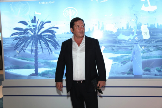 Исмагил Шангареев на фоне схемы Дубая/1352906945_Ismagil_Shangareev_in_front_of_Dubai_scheme (550x366, 208Kb)