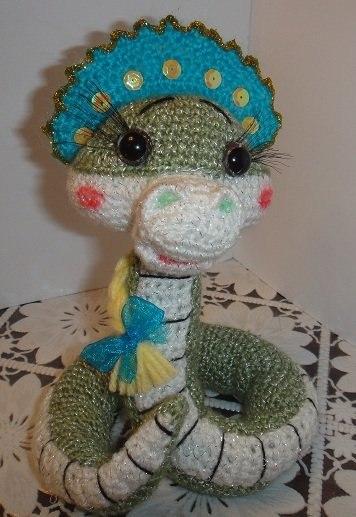 Змейка Марфуша крючком.  Хочу поделиться с вами описанием змейки Марфуши от Irinadas.  Думаю, что в преддверии Нового...