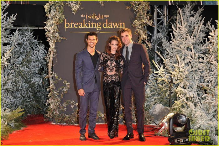 robert-pattinson-kristen-stewart-twilight-breaking-dawn-part-2-uk-premiere-02 (700x466, 146Kb)