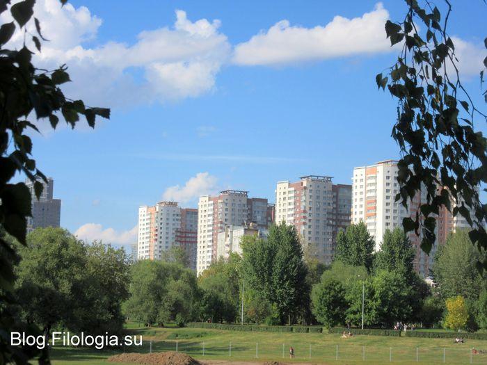 Вид на новые высотные дома из парка Дружба в Москве (700x525, 67Kb)