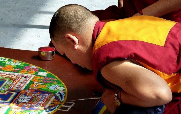 буддийские монахи делают песчаную мандалу 4 (700x442, 276Kb)