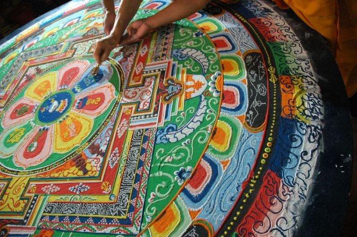 буддийские монахи делают песчаную мандалу 10 (700x465, 425Kb)