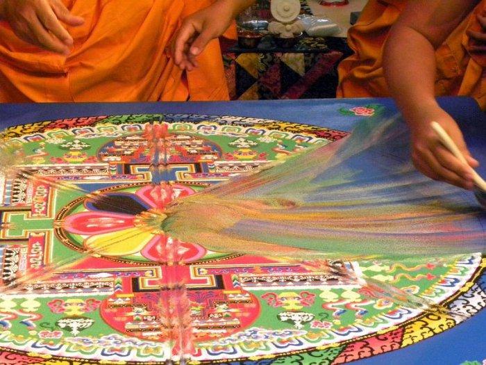 буддийские монахи делают песчаную мандалу 17 (700x525, 439Kb)