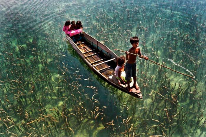 2. Дети плывут по кристально чистому озеру в Малайзии (700x466, 447Kb)