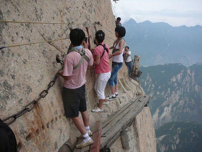 самая опасная тропа на горе Хуашань Китай 2 (664x498, 284Kb)