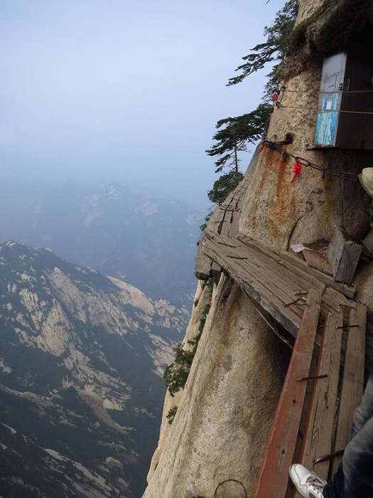 самая опасная тропа на горе Хуашань Китай 10 (525x700, 317Kb)