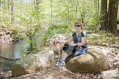 зре-ая-женщина-outdoors-с-собакой-47525101 (400x267, 215Kb)
