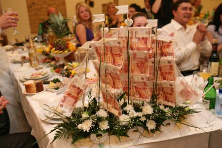 Прикольный подарок на свадьбу из денег фото
