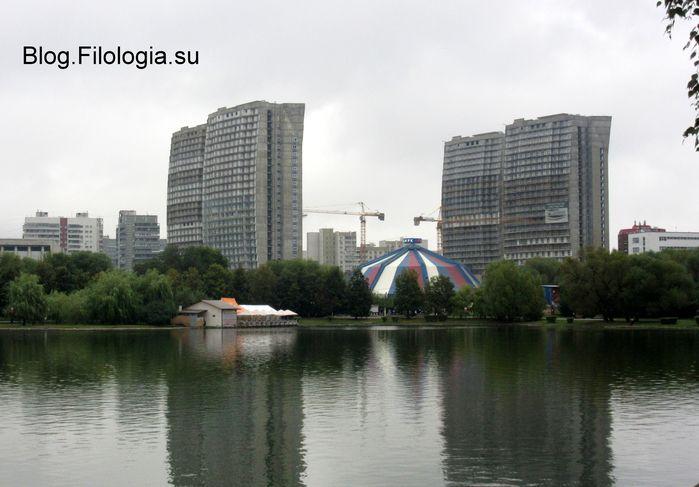 Парк Дружба в Москве. Вдали виднеются здания и стрела строительного крана (699x487, 47Kb)