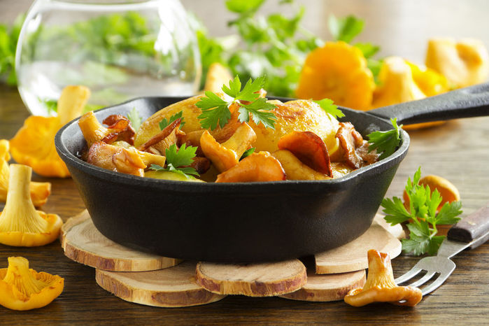 Жареные грибы в сковородке