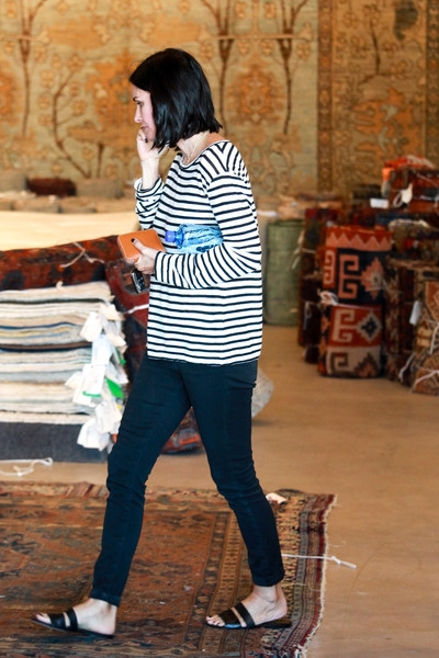 Courteney+Cox+goes+shopping+carpets+_gW3gknI8Tsl (400x600, 176Kb)