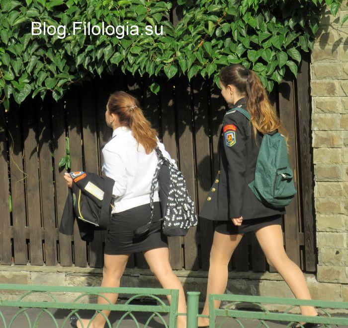 Две школьницы по дороге из школы 700x661, 97Kb)
