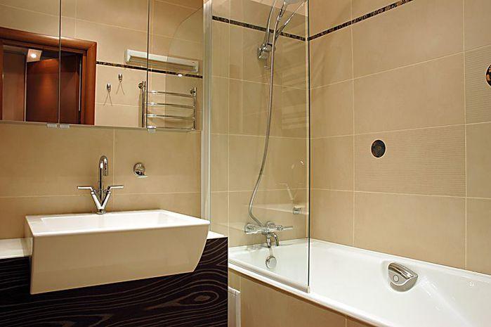 Фото дизайн ванной комнаты в хрущевке.  Загромождать пространство