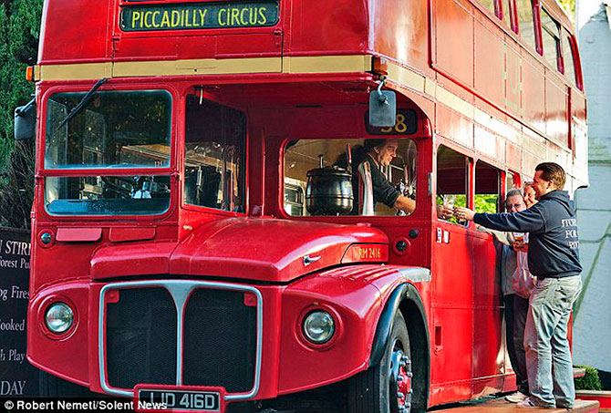 пивной паб в автобусе англия (670x453, 121Kb)