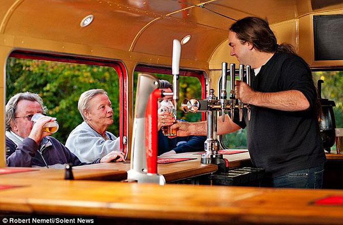 пивной паб в автобусе англия 2 (670x441, 92Kb)