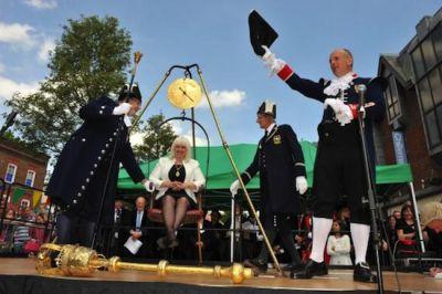 В британском городе существует традиция публичного взвешивания мэра (400x266, 25Kb)