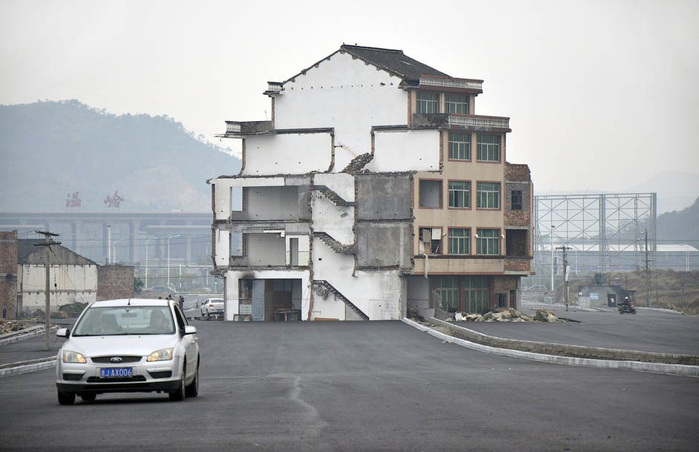 дом-гвоздь китай (700x452, 100Kb)