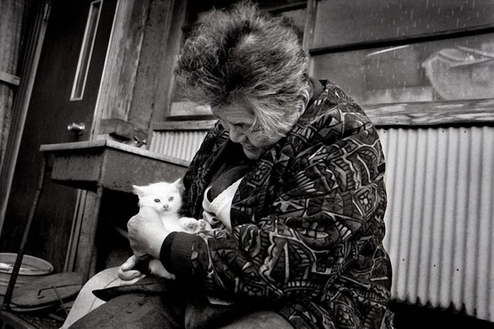 бабушка и кошка (700x466, 214Kb)