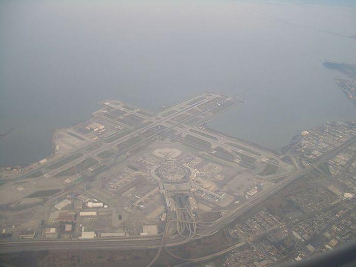 Значительная часть взлетно-посадочных полос аэропорта Сан-Франциско находится на суше, искусственно созданной путем засыпки части залива Сан-Франциско