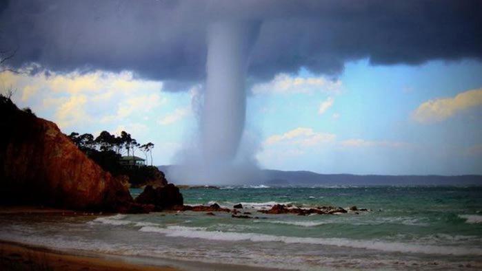 Гигантский водяной смерч у берегов Австралии. Фото и видео