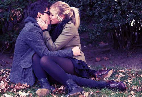 boy-flower-girl-kiss-Favim.com-536256 (500x341, 146Kb)