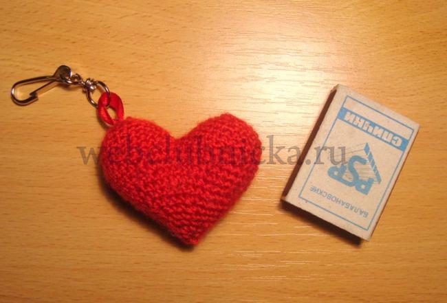 Вязаное сердечко-брелок