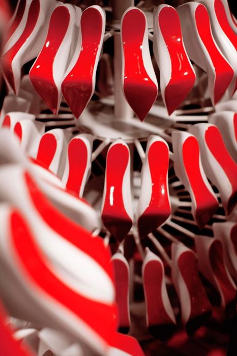 праздничные новогодние ветрины Christian Louboutin фото 2 (466x700, 225Kb)